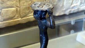 Diese kleine, etwa 10 cm grosse Figur bringt Brote auf einem Tablett zum Tempel.