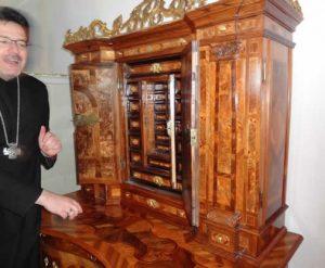 Eine wunderschöne Kommode in den privaten Räumen des Abtes. Dutzende von Schubladen hinter den Türen hinter den Türen.... Wunderbar um das Gedächtnis zu trainieren!