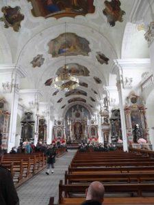 In der Klosterkirche. Wir sind heute nicht die einzigen, die sich das Kloster und die Kirche zeigen lassen.