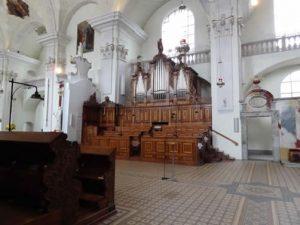 Blick in den Chorraum der Kirche