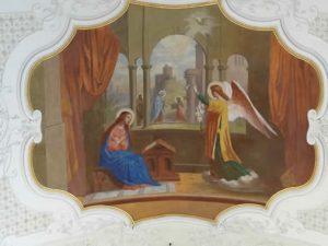 besser einen Blick an die Decke der Kirche werfen, da erzählen die Spiegel Marias Geschichte.