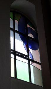 oder - hinter der Orgel versteckt, auf zwei Fenstern - die Schlange