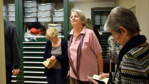 Mit der Bibel in der Hand durch die neue Ausstellung gewandert.