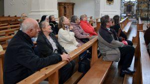 Aufmerksame Zuhörer_innen in der Kirche.