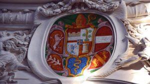 In der Mitte das Abtei-Wappen von Abt Placidus Zurlauben (anfangs 18. Jh.), links der Habsburger Löwe, rechts das Wappen von Österreich, unten links das Wappen von Lothringen, in der Mitte das Konvent-Wappen und unten rechts die gelben Kyburger Löwen.