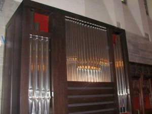 die kleine Orgel im Chor (624 Pfeifen)