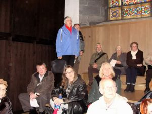 Andächtige Zuhörer auf der Empore, bei der grossen Orgel