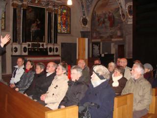 Aufmerksame Zuhörerschaft in den Bänken der Kathedrale