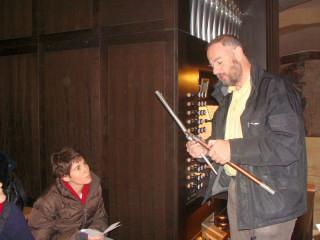 Herr Fischer erklärt, wie eine Orgelpfeife funktioniert...