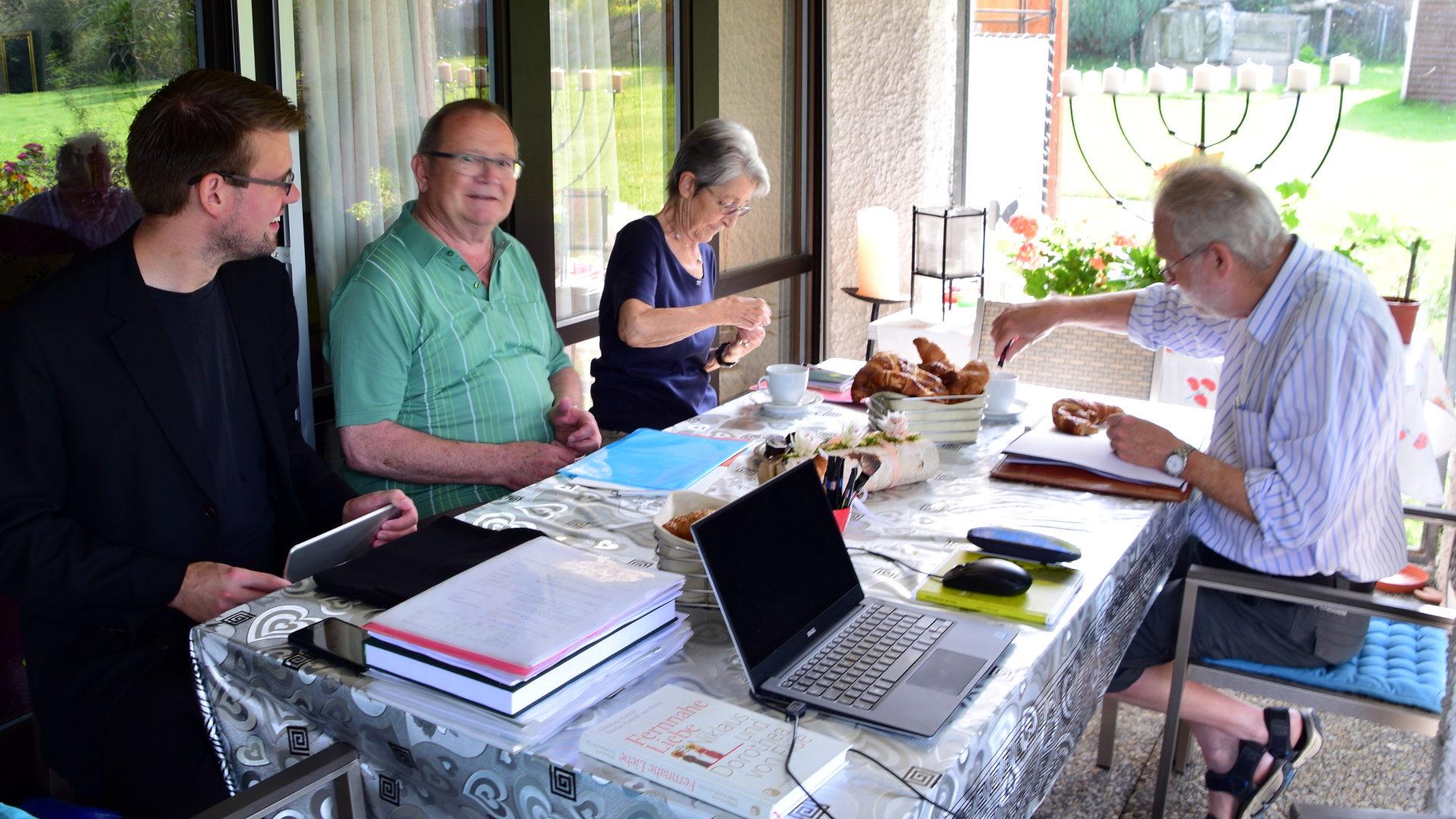 Florian, Hansruedi, Idda, Clemens - von Barbara sieht man nur den Laptop, von Alois eine Beige Papier...