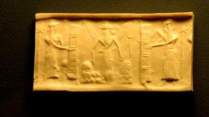 Rollsiegel: König mit zwei Begleitern - oder Gott in Gestalt von 3 Männern bei Abraham in Mamre...