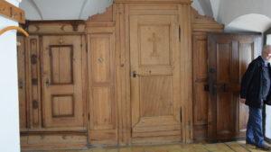 Beichthäuschen in der Sakristei der Kirche?