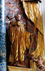 Fintan, mit Friedenstaube und einem Hut, der seine adlige Herkunft symbolisiert.