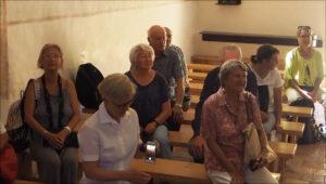 aufmerksame Zuhörer_innen in der Kirche