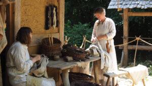 Weberinnen, verweben die Wolle der Schafe, schneidern die Kleider der Mitarbeiterinnen und Mitarbeiter